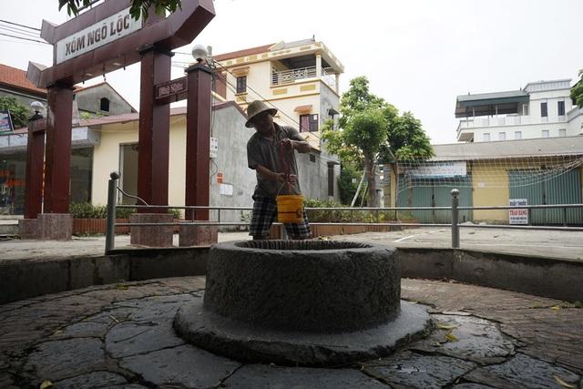 Giếng đá Đông Khê nằm ngay cổng xóm Ngõ Lộc và sát với một khu chợ song quanh giếng lúc nào cũng sạch sẽ, hiện người dân vẫn dùng gàu kéo nước để sử dụng.