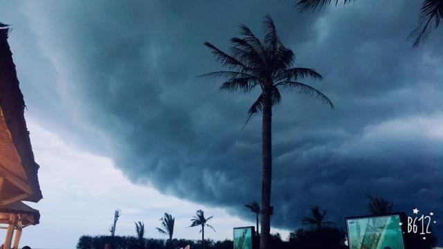 Ảnh chụp đám mây lạ tại Sầm Sơn thu hút du khách tại bãi biển