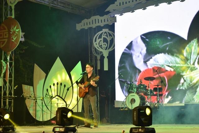 Nhạc sĩ Đức Huy trình bày trong đêm khai mạc