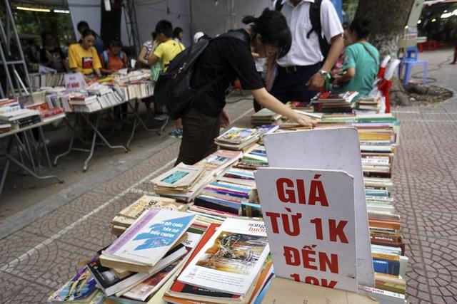 Khá nhiều quầy bán sách cũ, giá rất rẻ, chỉ 1 nghìn đồng đến 10 nghìn đồng/quyển.