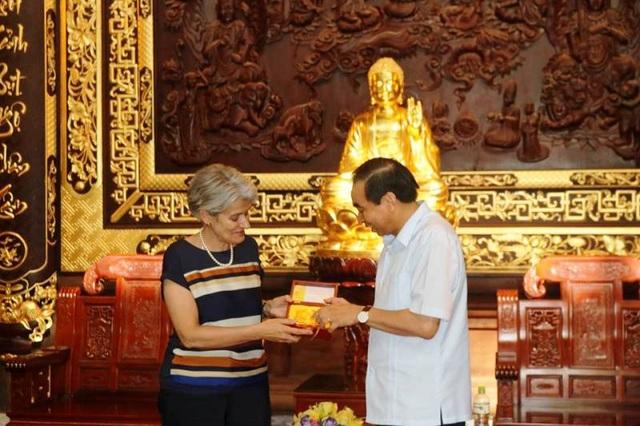Chủ tịch UBND tỉnh Ninh Bình tặng đồng tiền nhà Đinh cho Tổng Giám đốc UNESCO.
