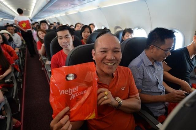"""Gần 200 hành khách Vietjet cùng hát """"Nối vòng tay lớn"""" mừng quốc khánh 2/9 - 13"""