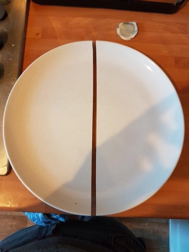 Chiếc đĩa bị vỡ làm 2 mảnh theo một cách không thể hoàn hảo hơn.