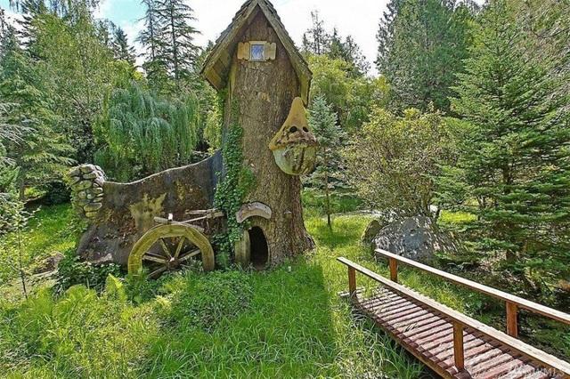 Căn biệt thự còn sở hữu một nhà cây nhỏ xinh nằm trong khoảnh rừng gần đó.