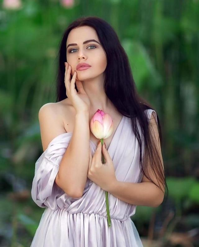 Bộ ảnh bên hoa sen được người mẫu Natalia Gurova đăng tải lên mạng xã hội.