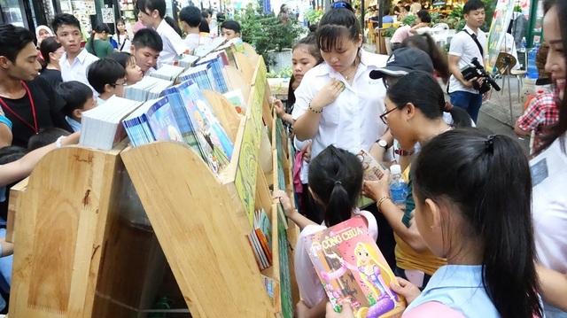 Theo bà Quách Thu Nguyệt, Trưởng BTC lễ hội thì ngoài các hoạt động vui chơi giải trí thì có bố trí thêm tủ sách Tín Nhiệm phục vụ việc đọc và tặng sách miễn phí cho các bé
