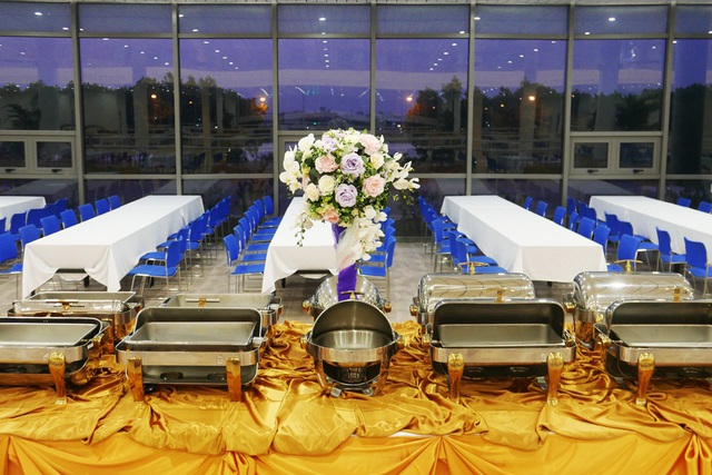 Tầng 2 là khu vực ăn uống, đủ chỗ cho 500 người cùng lúc. Các nhà báo sẽ được phục vụ bữa ăn buffet vào buổi trưa và buổi tối.