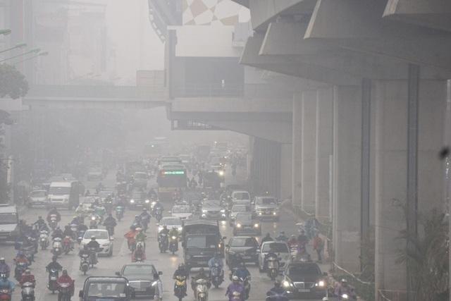 Nhiều phương tiện giao thông phải bật đèn giữa ban ngày.