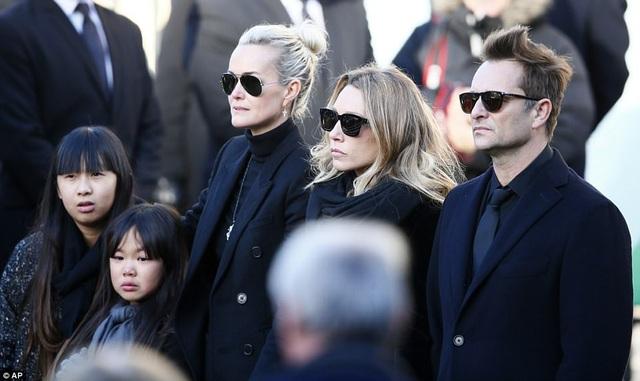 Gia đình của nam ca sĩ Hallyday: góa phụ Laeticia (thứ ba từ trái sang), các con gái nuôi Jade và Joy (góc trái), con gái ruột Laura Smet (giữa) và con trai ruột David (phải).