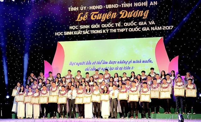 Ông Nguyễn Xuân Sơn - Phó Bí thư Thường trực Tỉnh ủy, Chủ tịch HĐND tỉnh và ông Nguyễn Văn Thông - Phó Bí thư Tỉnh ủy trao giải cho các em đạt danh hiệu Học sinh giỏi quốc gia.