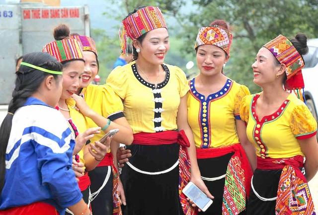 Người dân bản Trung Hương được gặp gỡ và giao lưu cùng lãnh đạo Trung ương về dự lễ.