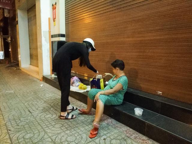 Hồ Ngọc Hà đi xe máy trao quà người cơ nhỡ lúc nửa đêm - 7