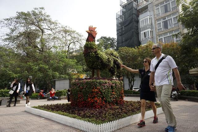Hình con gà được tạo thành từ cây hoa bên hồ Trúc Bạch.