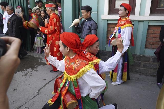 Điệu múa đĩ đánh bồng thường kết hợp một đôi múa cùng nhau, mỗi khi tham gia lễ hội thường có 6 đôi thay đổi, mỗi lần 3 đôi múa.