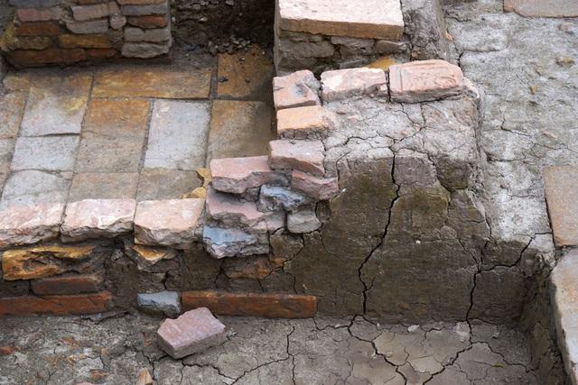 Dấu tích nền gạch thời Lý, thế kỷ 11 - 12.