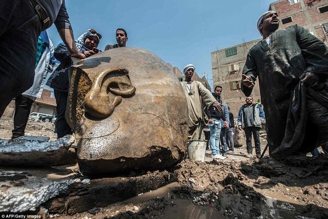 Hiện tại, mới chỉ có mảnh vỡ ở phần đầu và thân trên của tượng là được tìm thấy.