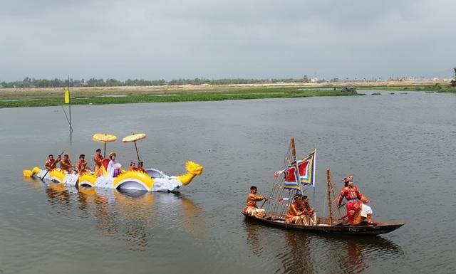 Năm nay, lần đầu tiên, hội đua thuyền được lồng ghép tái hiện hội đua thuyền đoạt cờ lệnh rước Huyền Trân Công Chúa - một điển tích trong lịch sử nhà Trần