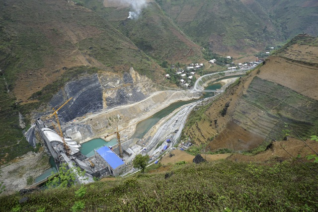 Toàn cảnh 1 trong tổng số 3 đập thủy điện trên sông Nho Quế đoạn qua huyện Mèo Vạc. Ngoài ra ở vùng hạ lưu sông còn có thêm 2 đập thủy điện Bảo Lâm 3 và Bảo Lâm 3A.