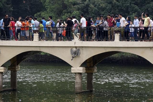 Dòng người đông đúc trên một cây cầu ở hồ Thủ Lệ.