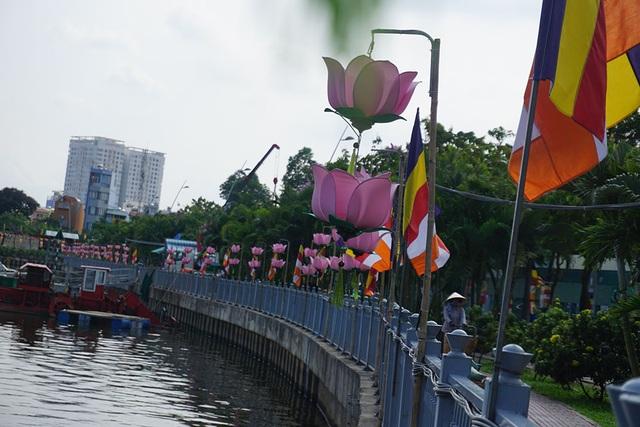 Bờ kè dọc kênh Nhiêu Lộc – Thị Nghè, hàng hoa đăng hình hoa sen được treo san sát đã trở thành mỹ cảnh thu hút nhiều người dân đến tham quan
