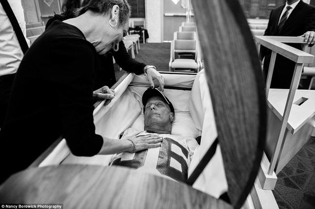 Ông Howie qua đời ở thời điểm một năm sau khi phát hiện bệnh. Gia đình đã lựa chọn bộ trang phục yêu thích nhất của ông trong lần nói lời tạm biệt cuối cùng.