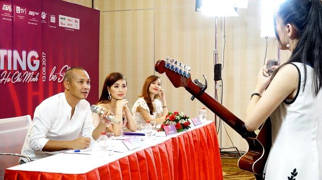 """Sự nghiêm túc của các thí sinh làm cho BGK tập trung cao độ. Á hậu Diễm Trang (ngồi giữa), thành viên BGK """"ngất ngây"""" với bài hát tiếng anh thí sinh tự sáng tác"""