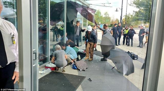 Chiếc xe mô-tô do Joi điều khiển đã đâm vào một sảnh kính của tòa tháp Shaw Tower nằm ở thành phố Vancouver (Canada),