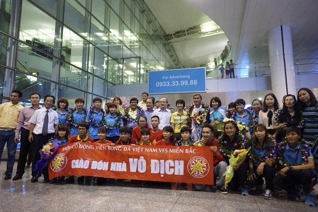 Hàng trăm người chào đón đội tuyển nữ Việt Nam chiến thắng trở về - 15