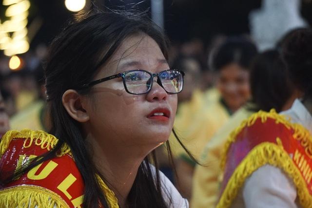 Một bạn trẻ khóc khi lắng nghe Văn hoài niệm ân đức sinh thành.