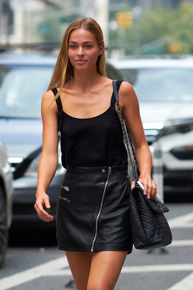 """Người mẫu Caroline Kelley mặc đồ đen, nhưng cô lựa chọn váy cạp cao thay vì quần, khoe ra vẻ đẹp đôi chân. Giống như các người mẫu khác, khi đi dự """"casting"""", Kelley để tóc xõa tự nhiên và trang điểm tối giản."""