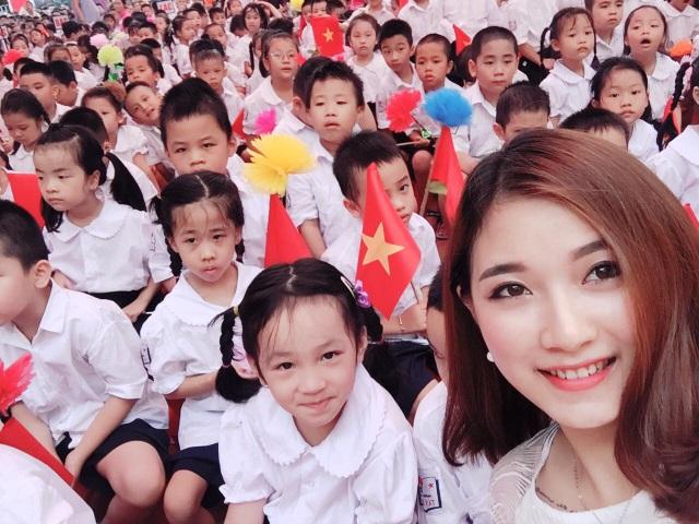 Cô giáo xinh đẹp quạt mát cho học sinh ngày tựu trường gây sốt trên mạng xã hội - 7