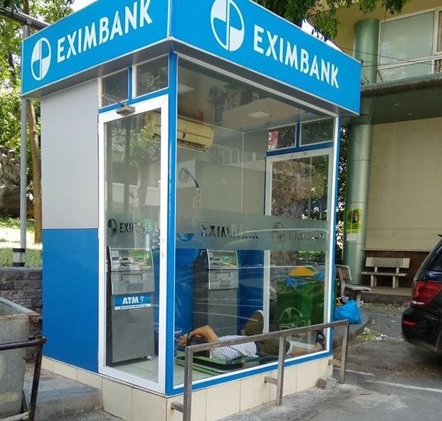 Quá mệt mỏi với nắng nóng, anh chàng này thậm chí vào cây ATM để làm một giấc qua trưa.