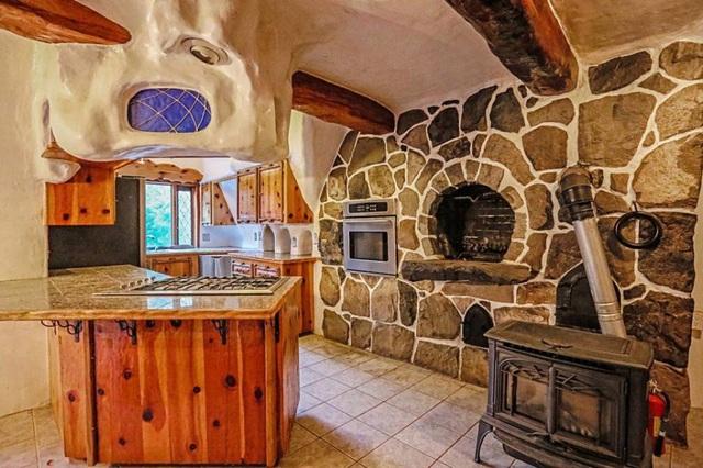 Dù lấy cảm hứng từ thế giới thần tiên cổ tích nhưng nội thất trong nhà khá hiện đại và tiện dụng.