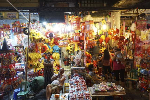 Chợ Trung thu phố cổ Hà Nội rực rỡ sắc màu - 14