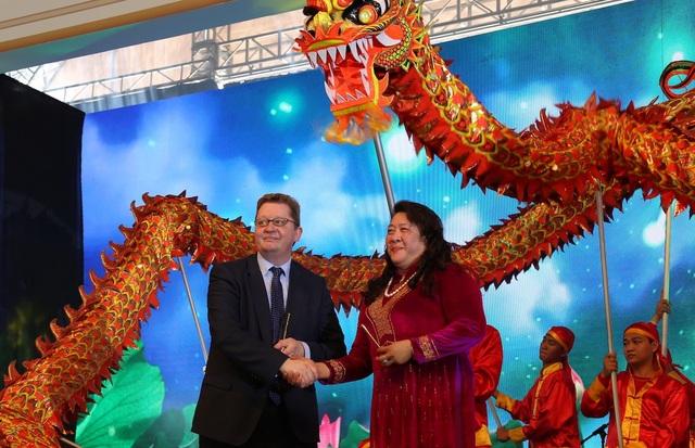 Tại buổi khởi công các hạng mục trọng điểm sáng 18/11, sự xuất hiện của bà Phan Thị Phương Thảo đã phần nào xoa tan những tin đồn trong thời gian qua.