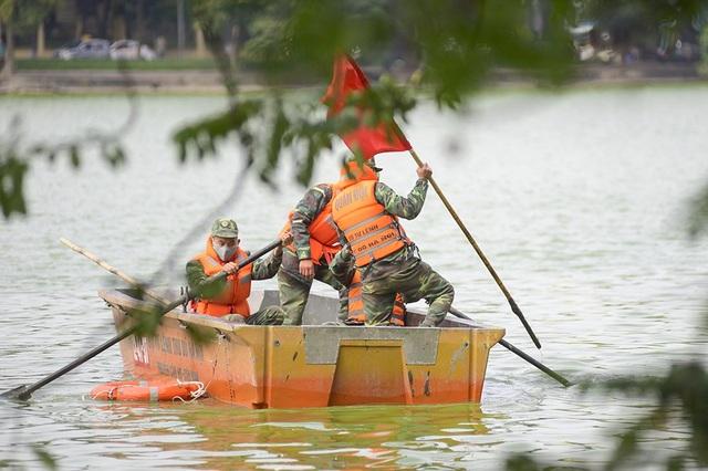 Công ty sẽ chia hồ thành 3 vùng thi công trước khi nạo vét, ngăn lưới để đảm bảo, cách ly động vật thủy sinh tại hồ.