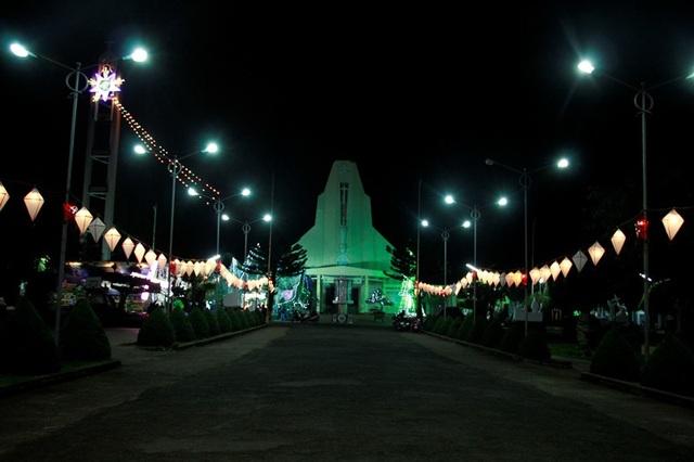 Nhà thờ giáo xứ Châu Sơn (xã Cư Êbur) lung linh về đêm