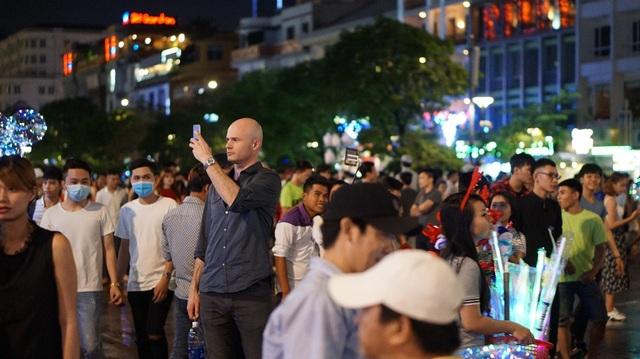 Khách nước ngoài chụp ảnh tại phố đi bộ Nguyễn Huệ