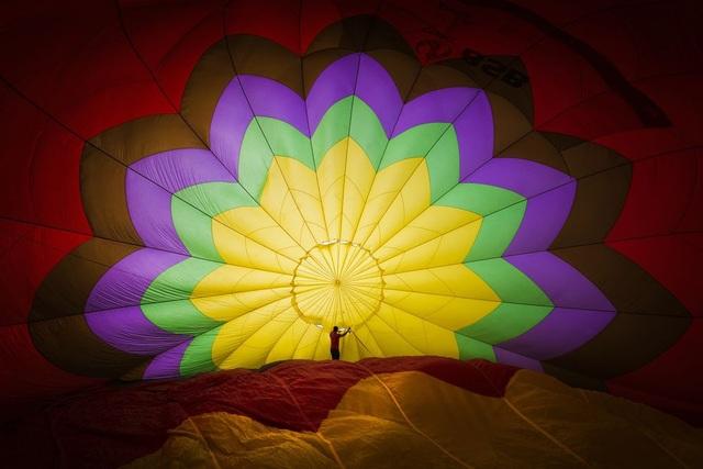 Người đàn ông đang chuẩn bị khi khí cầu trước khi cất cánh tại lễ hội khinh khí cầu ở Thành phố Hồ Chí Minh. (Click vào đây để xem ảnh kích thước lớn)