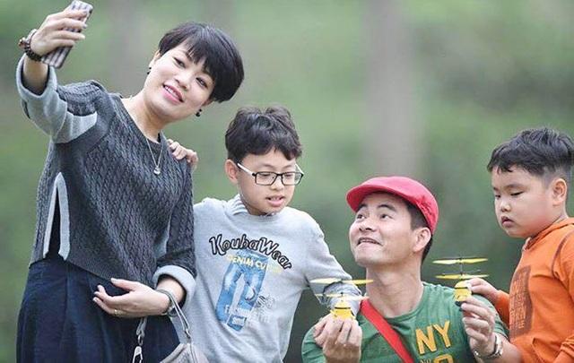 Gia đình hạnh phúc của NSƯT Xuân Bắc và chị Nguyễn Hồng Nhung.