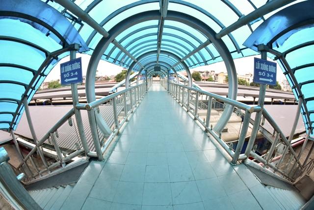Cùng hệ thống cầu đi bộ trên cao để việc di chuyển của hành khách qua sân ga được thuận tiện.
