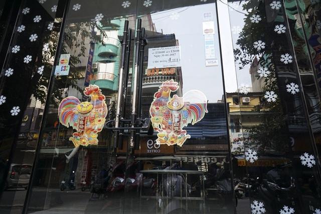 Rất nhiều cửa hàng buôn bán mặt phố đều dán hình ảnh gà để chào đón năm mới Đinh Dậu.