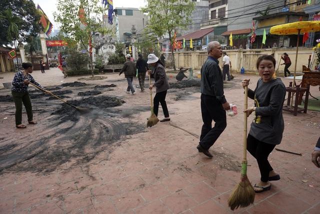 Hội thi kéo lửa thổi cơm kết thúc cũng là lúc dân làng cùng nhau dọn dẹp, trả lại không gian tôn nghiêm cho đình làng Thị Cấm.