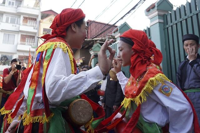 Điệu múa trai giả gái không phải hiếm gặp song các động tác múa thể hiện sự lả lơi đã giúp điệu múa này ngày càng trở nên nổi tiếng.