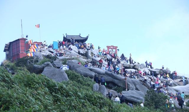Phật tử và người dân có mặt ở chùa Đồng trên đỉnh Yên Tử. Thời tiết buổi sáng khai hội có nắng đẹp, chỉ se se lạnh giúp du khách hành hương rất thuận lợi.
