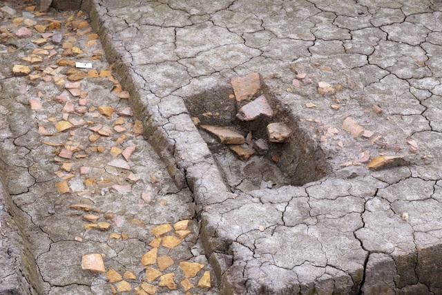Tại đây đã tìm thấy 2 dấu tích kiến trúc thời Lý nằm chồng lên nhau. Kiến trúc giai đoạn sớm (1) xuất lộ 12 móng cột hình vuông (1,3m x 1,4m) gia cố bằng vật liệu sét, sỏi.