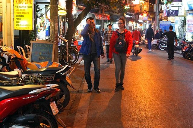 Hàng quán chiếm hết vỉa hè ở phố cổ, người đi bộ bị đẩy xuống lòng đường, gây nguy hiểm cho người tham gia giao thông.