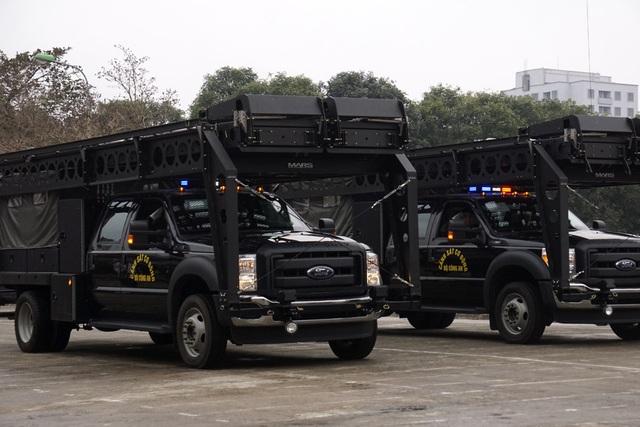 Xe bọc thép dùng làm nhiệm vụ chống khủng bố, gầm xe chịu được mìn, lốp xe có thể chạy tiếp được 50km khi hết hơi, khung sắt phía trên dùng trong tác chiến nhiệm vụ, khi cần có thể hạ xuống làm hàng rào.