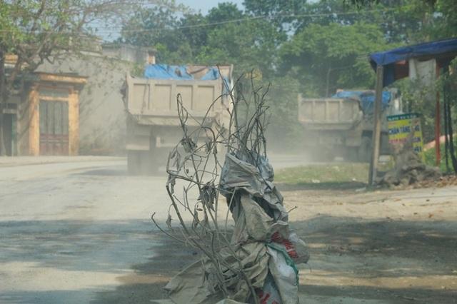 Từng đoàn xe chạy trên đường khiến không khí luôn trong tình trạng bụi mù mịt, ô nhiễm nghiêm trọng.