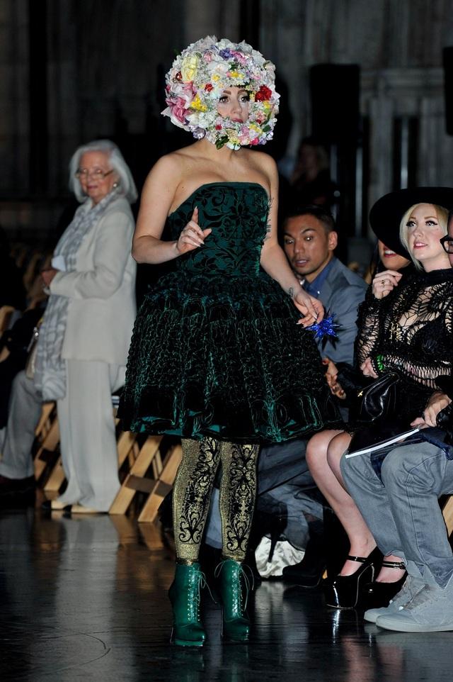 Khi xuất hiện trong tư cách khách mời tại một sự kiện trình diễn thời trang, Lady Gaga cũng khiến tất cả phải ngoái nhìn.